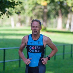 Actiefoto Harry van Milligen triathlon met tri-suit TenTije sponsor